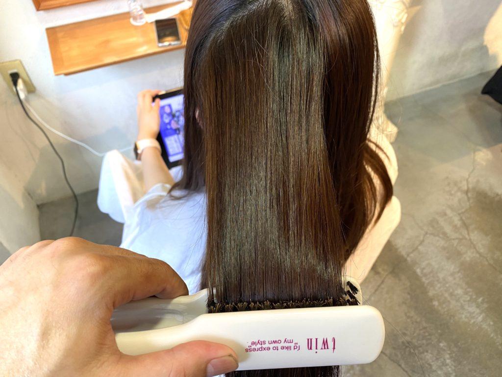 髪質改善トリートメントの際にアイロン施術で髪にトリートメントを効果的にアプローチしている様子です